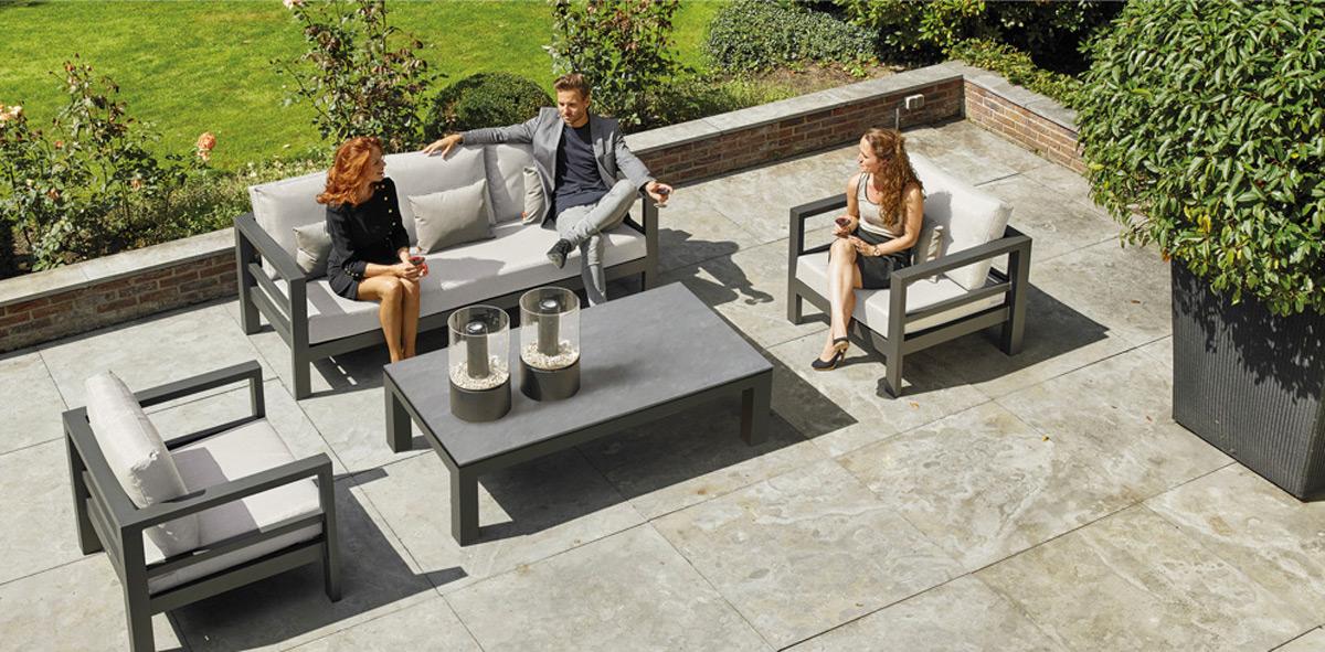 Lounge Gartenmöbel sind bequem und holen den Urlaub in den Garten